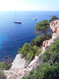 Boten en jachten in blauwe baai op Ibiza royalty-vrije stock afbeelding