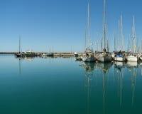 Boten en jachten in de haven royalty-vrije stock afbeelding