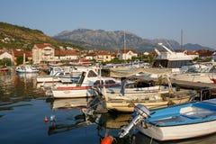Boten en jachten in de haven, mooi de zomerlandschap Tivatjachthaven, Montenegro stock foto's