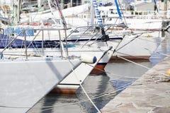Boten en jachten die bij een haven vastleggen Stock Foto