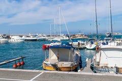 Boten en jachten die in de haven worden vastgelegd royalty-vrije stock foto's