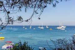 Boten en jachten die dicht bij de overzeese kust in blauwe lagune worden verankerd Stock Foto