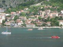 Boten en Jachten die op het Blauwe Adriatische Overzees, Kotor-Baai varen Stock Afbeelding