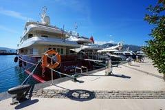 Boten en jachten in een baai van Adriatische overzees Royalty-vrije Stock Fotografie