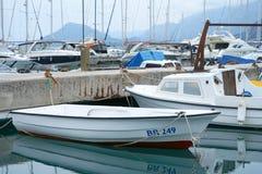 Boten en jachten in een baai van Adriatische overzees Royalty-vrije Stock Foto