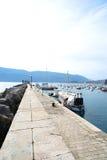 Boten en jachten in een baai van Adriatische overzees Royalty-vrije Stock Foto's