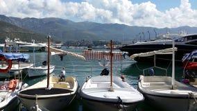 Boten en jachten in marine Montenegro haven, Budva stock afbeelding