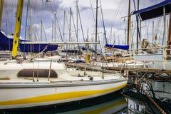 Boten en jachten in oude haven in Palermo, Sicilië worden geparkeerd dat royalty-vrije stock afbeelding