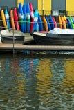 Boten en kleurrijke kano's/kajaks royalty-vrije stock afbeeldingen