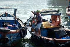 Boten en Levensstijl bij de Vissenhaven van Qui Nhon, Vietnam in de ochtend Royalty-vrije Stock Foto