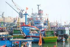 Boten en Levensstijl bij de Vissenhaven van Qui Nhon, Vietnam in de ochtend Stock Foto's