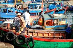 Boten en Levensstijl bij de Vissenhaven van Qui Nhon, Vietnam in de ochtend Royalty-vrije Stock Afbeeldingen