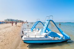 Boten en mensen op het strand in Cervia, Italië Royalty-vrije Stock Afbeelding