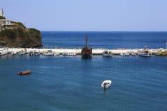 Boten en schepen in de zeehaven van Bali bij het Eiland van Kreta Stock Foto's