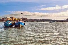 Boten en zeemeeuwen op de baai van de Vreedzame Oceaan in de stad van Sali Marokko, Maart 2015 stock foto