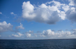 Boten fördunklar över det tropiska havet Royaltyfri Fotografi