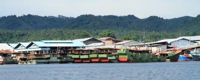 Boten in haven in Bitung worden verankerd die Stock Afbeelding