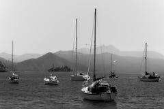 Boten in haven, oceaan, bergen royalty-vrije stock foto's