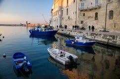 Boten in haven van Monopoli-stad, Puglia Apulia, Zuidelijk Italië royalty-vrije stock foto's