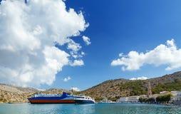 Boten in haven van Panormitis Het eiland van Symi, Griekenland stock afbeelding