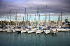Boten in haven worden vastgelegd die Stock Afbeeldingen