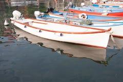 Boten in het dok van Meer Garda worden vastgelegd die royalty-vrije stock fotografie