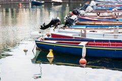 Boten in het dok van Meer Garda worden vastgelegd die royalty-vrije stock foto