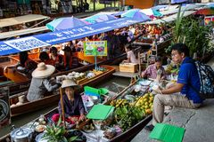 Boten in het drijven van Damnoen Saduak markt royalty-vrije stock foto