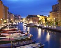 Boten in het Kanaal Perotolo, Chioggia, Venetië, Italië stock afbeeldingen