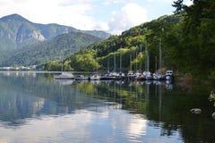 Boten in het meer en bergen op achtergrond Stock Foto