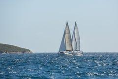 Boten in het varen regatta op het overzees stock fotografie
