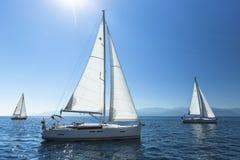 Boten in het varen regatta Rijen van luxejachten bij jachthavendok stock foto