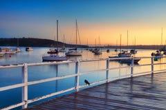 Boten het vastgelegde bobbing in de wateren bij zonsopgang stock foto's