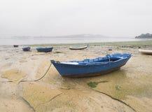 Boten in het zand op een bewolkte dag Royalty-vrije Stock Foto's