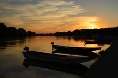 Boten in kalm water bij zonsondergang Royalty-vrije Stock Afbeeldingen