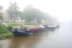 Boten in kanaal stock afbeelding