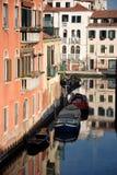 Boten in kanaal in Venetië, Italië Stock Foto