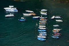 Boten in kleine haven in Vernazza-stad Stock Afbeelding