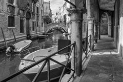 Boten langs een typisch Venetiaans kanaal in Venetië, Italië worden geparkeerd dat stock fotografie