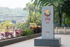 Boten Laos, Mar 08 2015, -: Laos, Chiny granicy markier między Bo - Obraz Royalty Free