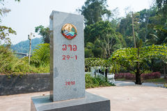 Boten Laos, Mar 08 2015, -: Laos, Chiny granicy markier między Bo - Obrazy Royalty Free