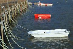 Boten in Lyme REGIS worden vastgelegd dat stock foto's