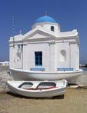 Boten naast kustkerk, Mykonos, Griekenland Stock Afbeeldingen