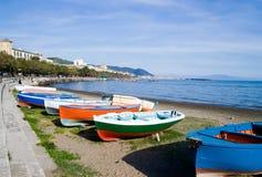 Boten op Baai Salerno stock foto's