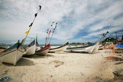 Boten op Braziliaans Strand Stock Afbeelding
