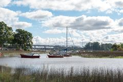 Boten op de banken van het riviermoerasland stock afbeeldingen