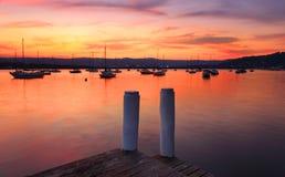 Boten op de haven bij zonsondergang stock foto's