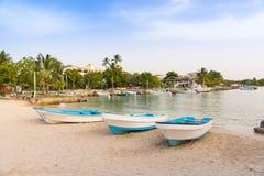 Boten op de kust in Bayahibe, La Altagracia, Dominicaanse Republiek Exemplaarruimte voor tekst Stock Foto's
