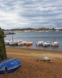 Boten op de kust bij stormachtig weer Royalty-vrije Stock Foto