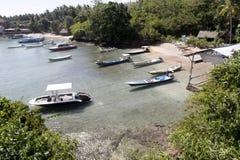 Boten op de kust Toyapakeh, Nusa Penida, Indonesië Royalty-vrije Stock Foto's
